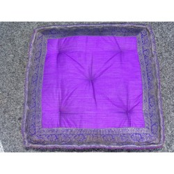 Coussin de sol bords en brocard violet