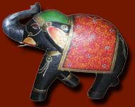Accessoires et objets de décoration d´intérieur indienne. Large gamme de produits issus de l´artisanat du nord de l´Inde. Du plus indien au plus rare ! Du rouet de Gandhi aux roues de charette, en passant par la boite á chapati en cuivre et la lampe de chef de gare...