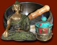 Statues, statuettes, Bols chantant tibétains, cadenas indiens, moulins á prière tibétains et objets en bronze de différentes patines. Tous ces bronzes indiens sont réalisés au Rajasthan, Uttar Pradesh et Gujarat. Les bols chantants ainsi que les moulins á prières sont fabriqués au Népal. Tous les moulins á prières sont chargés avec des mantras sur les parchemins.