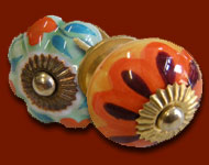 850 boutons et poignées en porcelaine peintes á la main différentes. Poignées de meuble idéales pour la personnalisation de vos meubles ! Il suffit d´un trou et ces poignées en porcelaine donnera un aspect nouveau á votre meuble. Elles sont toutes réalisées et peintes á la main. Tous les boutons classique ont un diamètre de 36 mm á 40 mm, les citrouille de 45 mm et de 30 mm pour les petits boutons .Pour vous faciliter l´installation, toutes les poignées et boutons sont livrés avec les vis nécessaires á leur fixation.*** ATTENTION pour un même modèle, le diamètre du bouton en porcelaine sera toujours identique, par contre le diamètre peut varié de 2 á 3 millimètres d´un modèle á l´autre ! ***